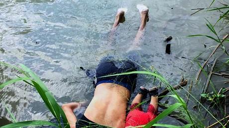 Foto der Leichen von Vater und Tochter aus El Salvador, die auf dem Weg in die USA im Rio Grande ertranken.