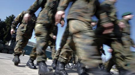 Bundeswehrsoldaten beim Marsch des 371. Panzergrenadierbataillons während eines Medientages beim NATO-Manöver