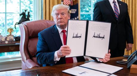 Donald Trump präsentierte am Montag im Weißen Haus Pressevertretern seine Unterschrift unter den neu erlassenen Sanktionen gegen den Iran.