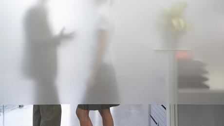 Hitzenot macht erfinderisch: Niederländer rebelliert mit Frauenrock gegen Shorts-Verbot im Büro (Symbolbild)