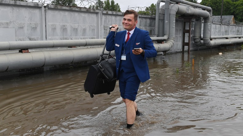 Barfuß zum Flugzeug: Heftiger Regen überrascht Passagiere vor dem größten Flughafen Moskaus