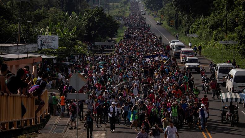 Karawane der Träume – Migranten gehen zu Fuß in Richtung US-Grenze (Videodoku)