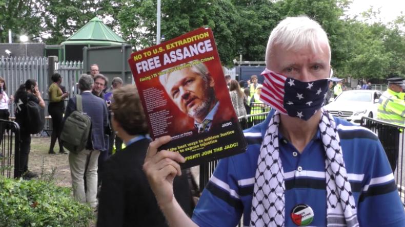 """Protest für Assange vor """"Konferenz für Pressefreiheit"""": Die da drin dienen den Reichen und Mächtigen"""