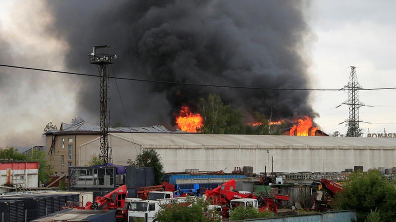 Fünfzig Meter hohe Flammen: Mindestens 13 Verletzte und eine Tote bei Brand nahe Moskau