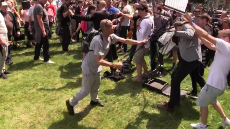 Tommy Robinson zu neun Monaten Haft verurteilt – Protest vor Gericht und BBC-Crew angegriffen