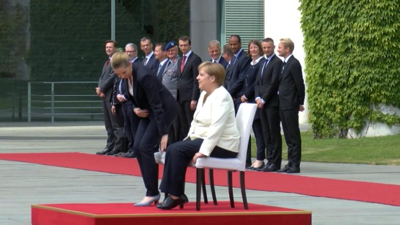 Nach drei Zitteranfällen – Merkel sitzt bei militärischen Ehren für dänische Premierministerin
