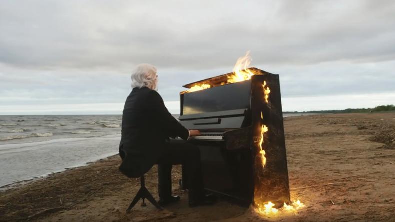 Feuer und Flamme: Sehbehinderter Pianist spielt auf brennendem Klavier