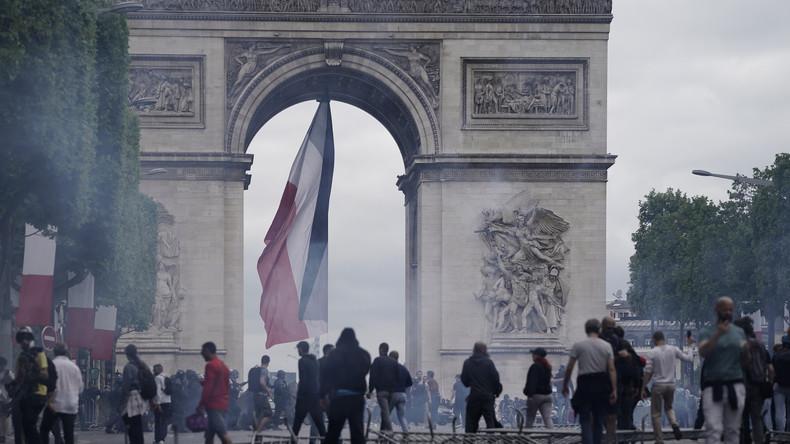 Französischer Nationalfeiertag in Paris: Proteste eskalierten – Zusammenstöße mit Polizei