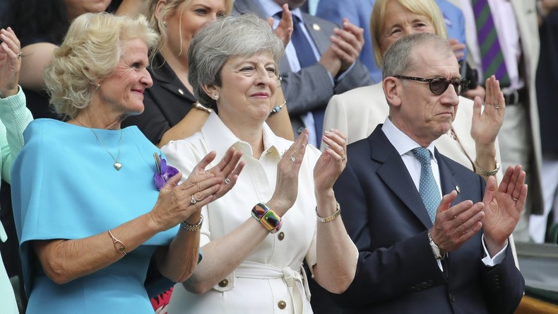 Here I Go Again: Theresa May bei ausgelassener Tanzeinlage zu ABBA-Hits erwischt