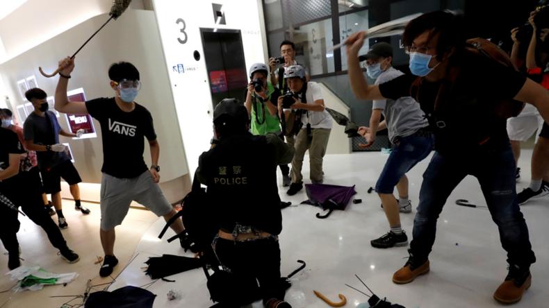 Hongkong: Protestler schlagen Polizeibeamten brutal zusammen