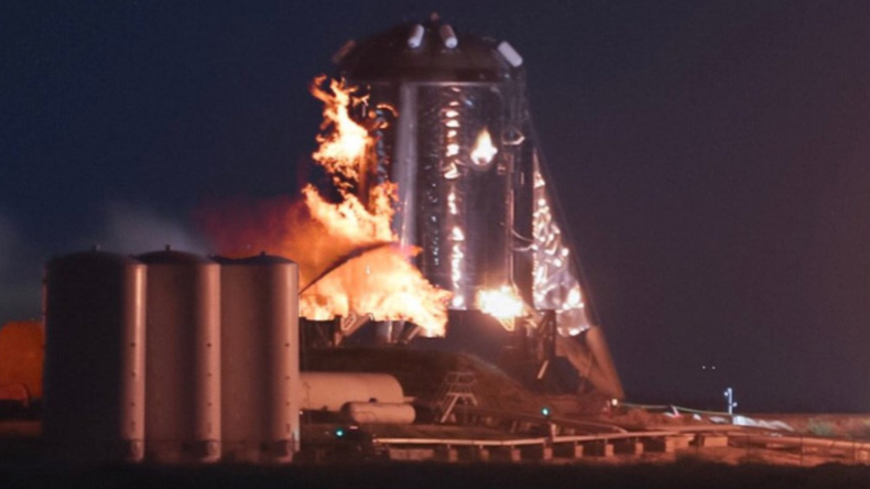 Starhopper-Triebwerk von SpaceX geht bei Test auf Startrampe in Flammen auf