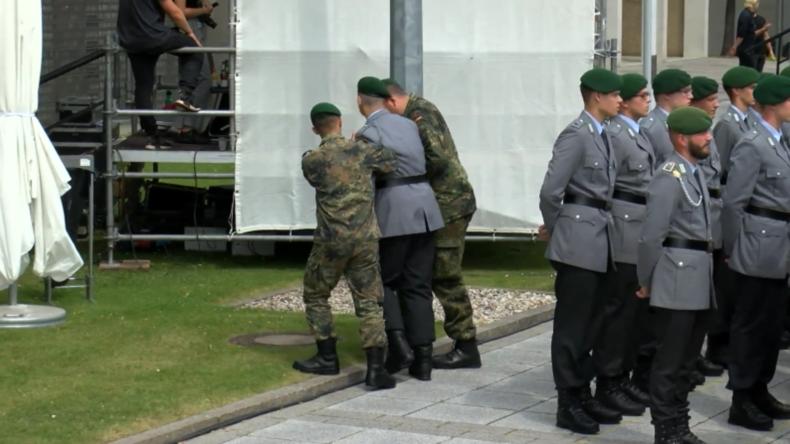 Deutschland: Soldaten erleiden bei Zeremonie Erschöpfung