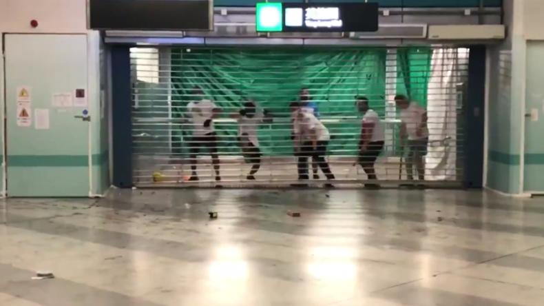 Hongkong: Maskierte Männer stürmen U-Bahn und greifen brutal Regierungsgegner und Pendler an