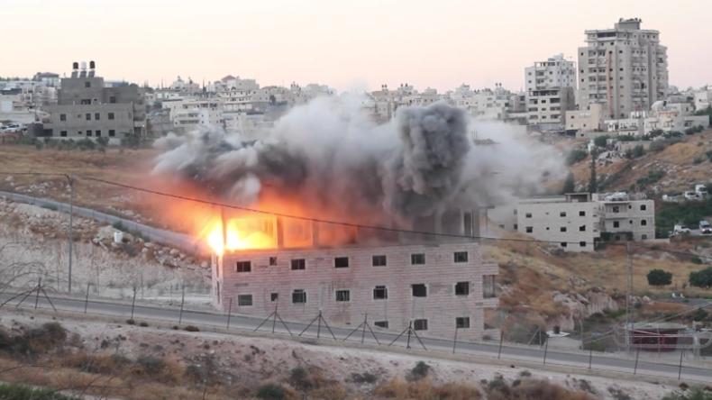 Israelische Streitkräfte lachen und jubeln, als sie Palästinenser-Gebäude im Westjordanland sprengen