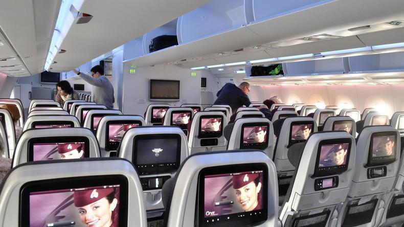 """""""Fußhabung"""" statt Handhabung: Fluggast erzürnt Internet-Nutzer durch Umgang mit Sensorbildschirm"""