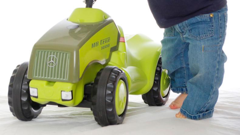 Kleinkind reißt mit Spielzeugtraktor aus und verliert Fahrerlaubnis: Vater baut Akku aus