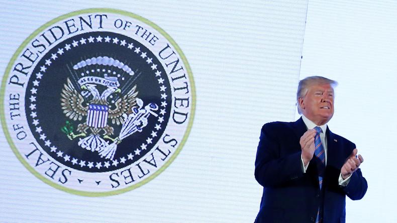 Doppelkopfadler mit Golfschläger: Falsches Wappen bei Trump-Auftritt sorgt für Spekulationen
