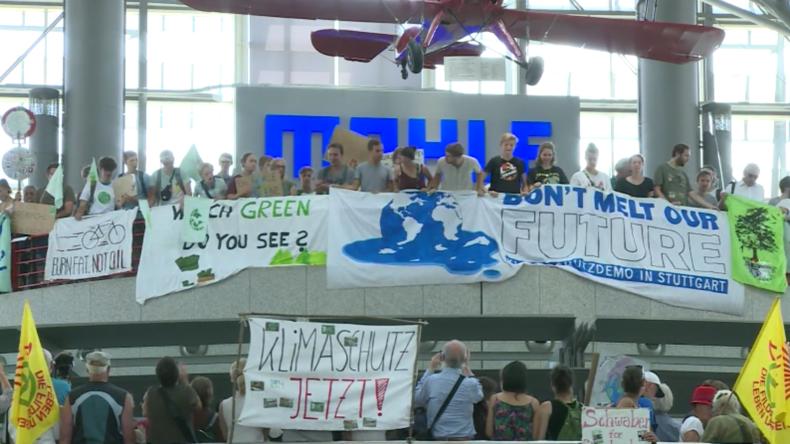 Deutschland: Klimaaktivisten übernehmen den Stuttgarter Flughafen mit Klimaschutz-Demo