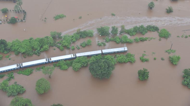 Indien: Zug steckt in Monsunfluten fest – 700 Reisende werden mit Booten und Hubschaubern evakuiert