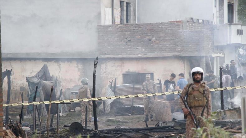 Pakistan: Militärflugzeug stürzt in Wohngebiet – mindestens 19 Tote
