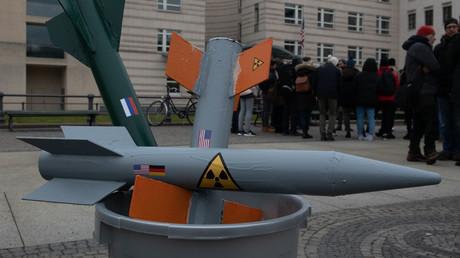 Raketenmodelle im Mülleimer: Nur selten kam es in Deutschland wie hier am 1. Februar in Berlin zu Protesten gegen das Ende des INF-Vertrages.