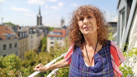 Franziska Beckert auf ihrem Balkon in Köln.