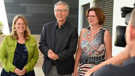 Sieling gemeinsam mit den Fraktionsvorsitzenden von Grünen und Linken, Maike Schaefer (links) und Kristina Vogt