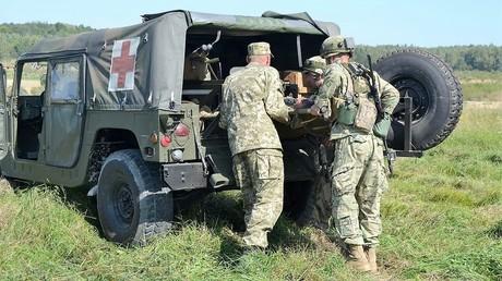 Ein US-Fahrzeug vom Typ Humvee als Militär-Krankenwagen im Dienste der ukrainischen Armee.