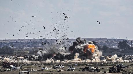 Der Kampf gegen den IS soll weitergehen, allerdings mit weniger US-Bodentruppen. Das Bild zeigt einen Bombenangriff am 3. März auf eine der letzten IS-Hochburgen in Baghuz im Osten Syriens.