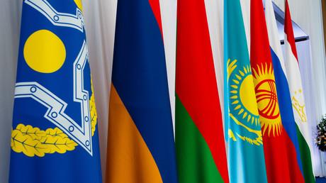 Fahnen der OKVS-Mitgliedsstaaten. Dem Bündnis gehören Armenien, Kasachstan, Kirgisistan, Russland, Tadschikistan und Weißrussland an.