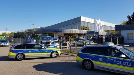 Polizeiautos vor dem Rheinbad in Düsseldorf