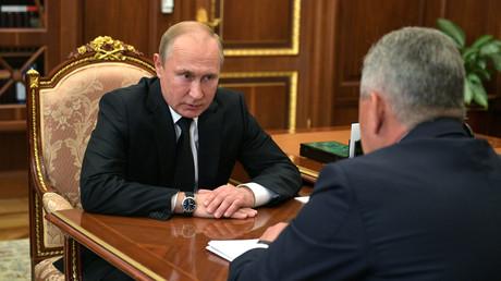 Putin im Gespräch mit Verteidigungsminister Sergei Schoigu.