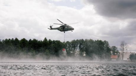 Helikopter beim Wasserfassen