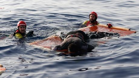 Der Körper einer Frau liegt auf einem Stück Treibholz etwa 130 Kilometer vor der libyschen Küste, während Mitglieder der spanischen Organisation Proactiva Open Arms sie bergen, 17 Juli 2018
