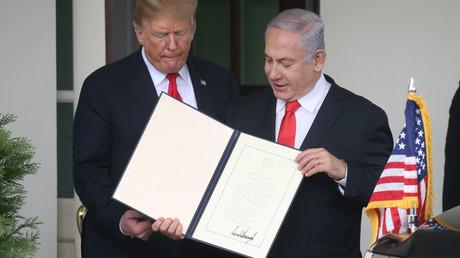 Israels Ministerpräsident Benjamin Netanjahu präsentiert die von Donald Trump unterzeichnete Proklamation, in der die USA die Souveränität Israels über die annektierten Golanhöhen anerkennen. (Washington, 25. März 2019)