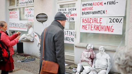 Mieter protestieren mit lebensgroßen Puppen und Bannern gegen steigende Mieten, Februar 2019, Berlin.