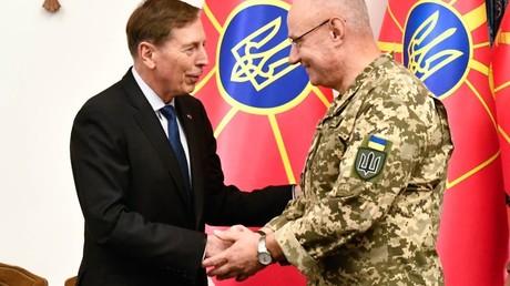 David Petraeus (l.) am 16. Juni 2019 im Generalstab der ukrainischen Streitkräfte mit General Ruslan Chomtschak.