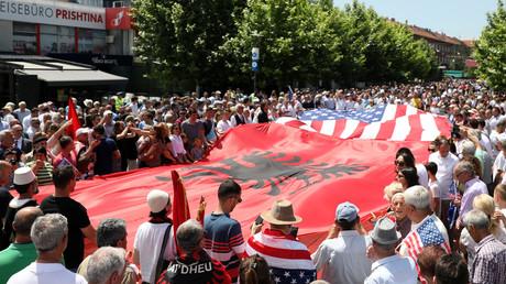 Menschen in Priština feierten am 12. Juni den 20. Jahrestag der Verlegung von NATO-Truppen, das den Grundstein für die Unabhängigkeitsbestrebungen der albanischen Mehrheit im Kosovo legte.