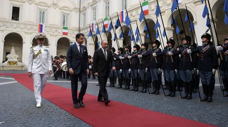 Giuseppe Conte und Wladimir Putin am Donnerstag während der Willkommenszeremonie in Rom.