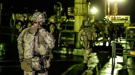 Das britische Verteidigungsministerium hat dieses Bild der Royal Marines nach dem Entern der