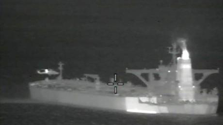 Ein Helikopter über dem iranischen Öltanker