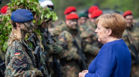Bundeskanzlerin Angela Merkel am 20. Mai 2019 im Gespräch mit einer Soldatin der Bundeswehr im NATO-Stützpunkt in Münster, Niedersachsen.