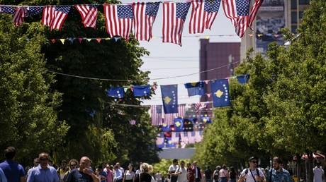 Anlässlich des 4. Juli 2019, dem US-Unabhängigkeitstag, wurde der Hauptplatz in Pristina, Kosovos Hauptstadt, mit US- und Kosovo-Flaggen geschmückt.