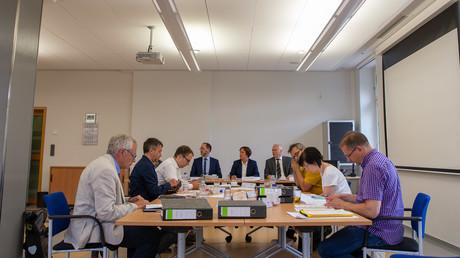 Mitglieder des Wahlausschusses in Sachsen sitzen am 5. Juli 2019 in Kamenz am Tisch und prüfen die schriftlichen Unterlagen. Die AfD in Sachsen kann bei der Landtagswahl am 1. September nur mit 18 statt 61 Kandidaten antreten.