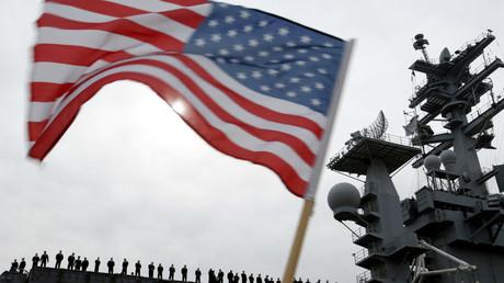 Symbolbild: USS Nimitz beim Auslaufen aus dem Hafen von San Diego, USA, 3. März 2003.