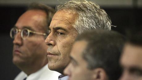 Dem US-Milliardär Jeffrey Epstein (Mitte), hier bei einem Gerichtstermin 2008 in Palm Beach, wirft die Staatsanwaltschaft in New York vor, Dutzende minderjährige Mädchen missbraucht zu haben.