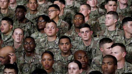 (Symbolbild). Soldaten der U.S. Army 10th Mountain Division während einer Rede von US-Präsident Donald Trump am 13. August 2018.