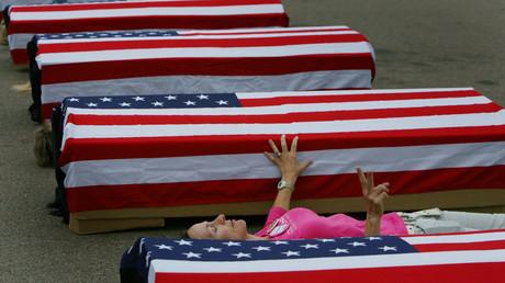 Symbolbild: Anti-Kriegs Aktivistin Allison Yorra posiert zwischen falschen Särgen, welche tote US-Soldaten symbolisieren sollen, Washington,14. Juni 2006.