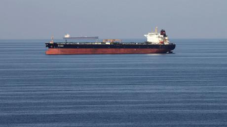 Ein Öltanker durchfährt die Straße von Hormus