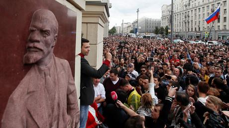Demonstranten vor dem Gebäude der Moskauer Stadtverwaltung